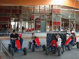 Tretfahrzeuge und Kletterburg im Innenbereich. © Bubenheimer Spieleland